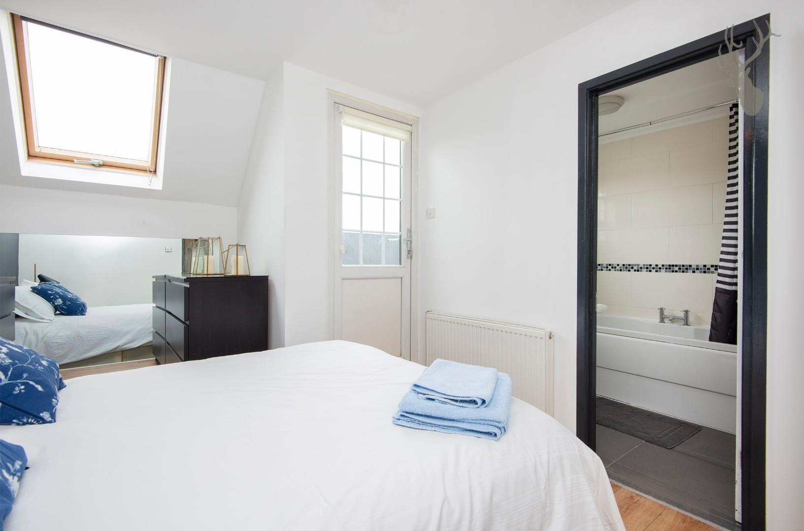Flat 7, 586 Kingsland Road E8 Bedroom img 2.jpg