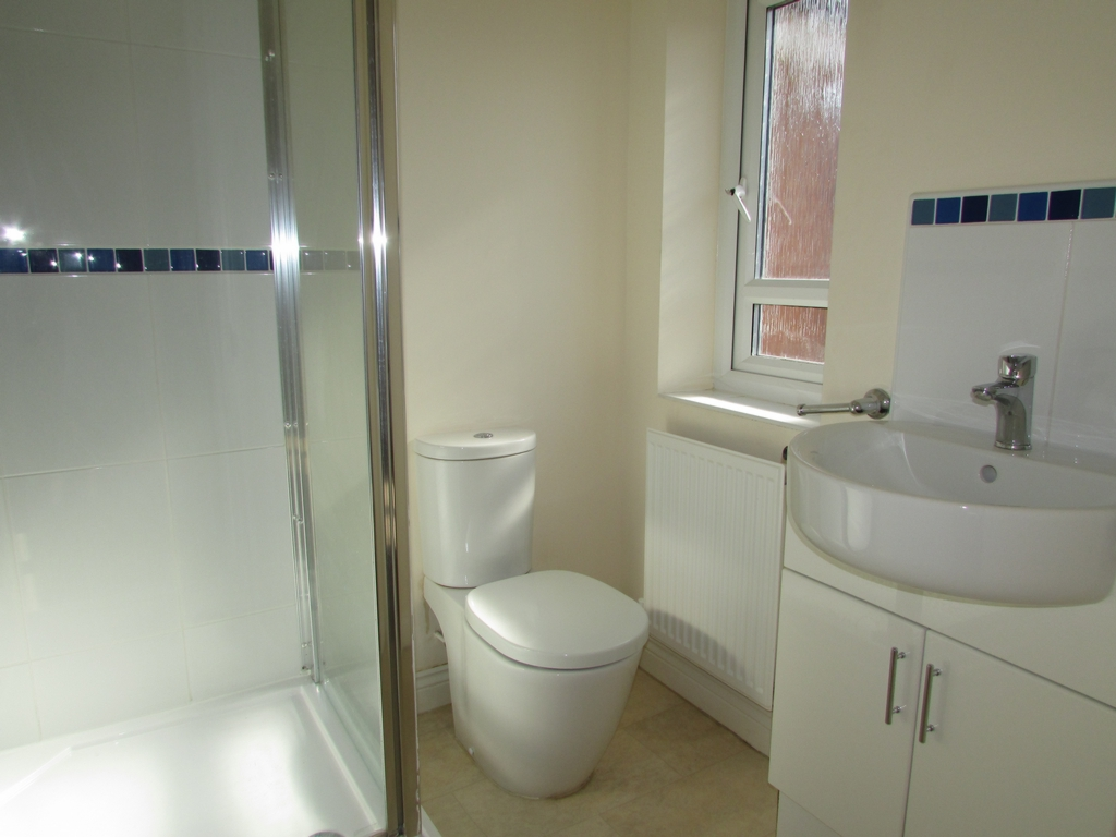 En-suite to bedroom 2