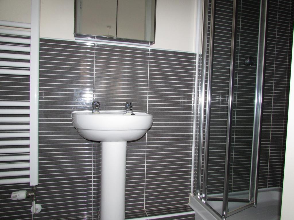 En-Suite shower side