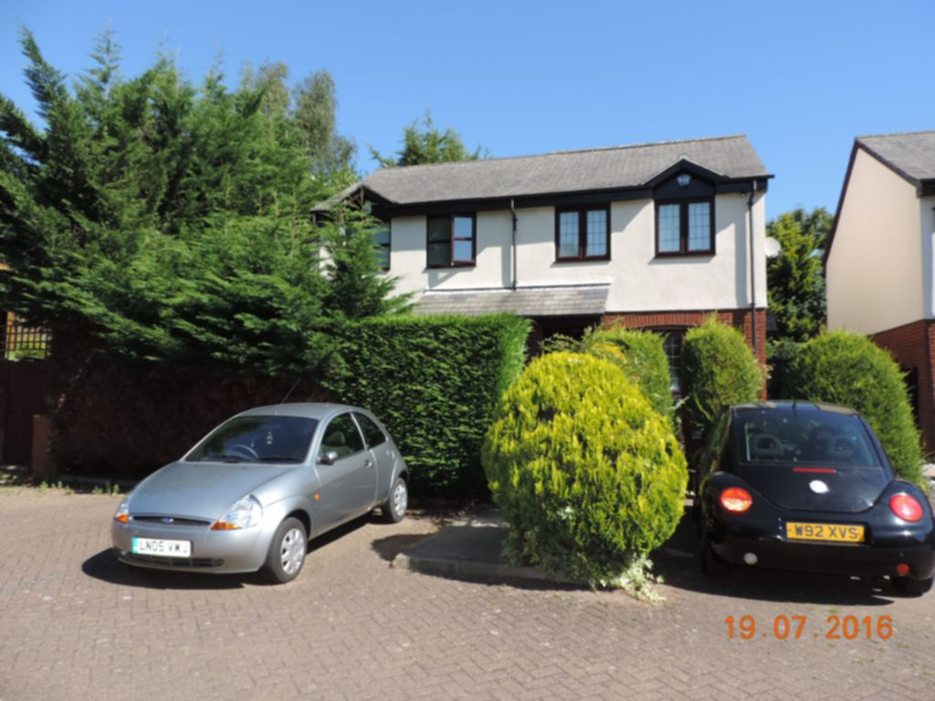 Photo 2, Cedar Close, Buckhurst Hill, IG9